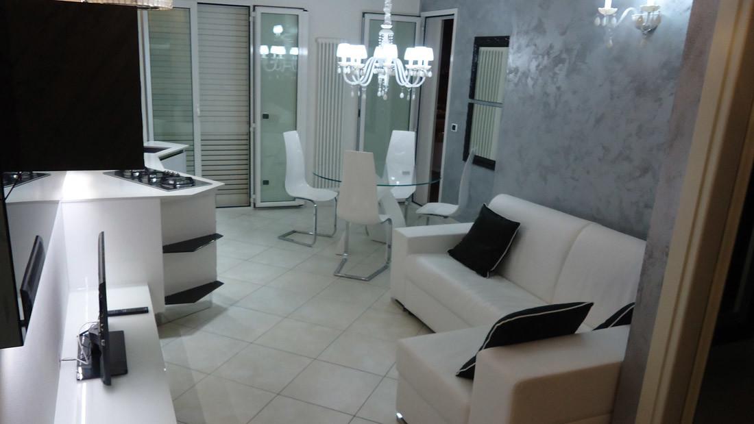 Appartamento a Riccione arredato da Sar Seveso - Sala colore bianco