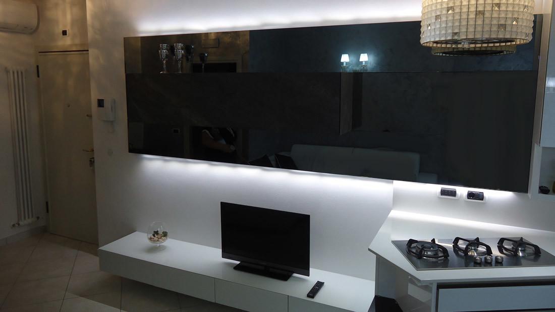 Appartamento a Riccione arredato da Sar Seveso - Sala e luci led